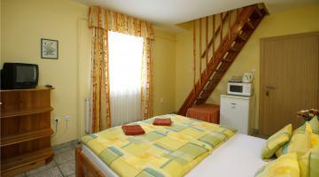 Kétszobás, konyha nélküli apartman franciaágyas szobája (thumb)
