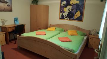 Földszintes,két szobás,négyfős,külön fürdőszobás,saját konyhával,terasszal,kertre néző apartman (thumb)