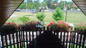 4 ágyas zőld apartman balkoni kilátás M-7 föutra +buszmegálló (thumb)